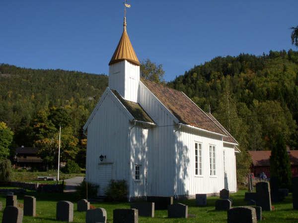 Kyrkjer – Tovdal kyrkje fra kyrkjegarden