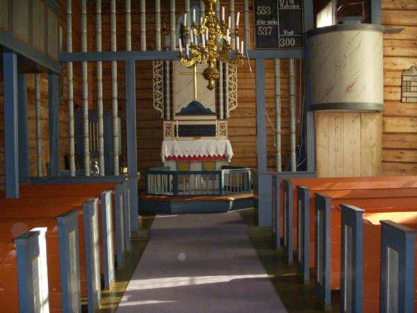 Tovdal kyrkje innvendig – Alter midtgang frå inngang